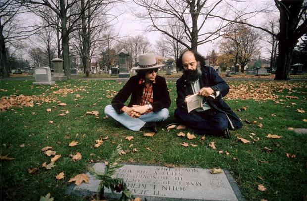 Bob Dylan y Allen Ginsberg frente a la tumba de Kerouac